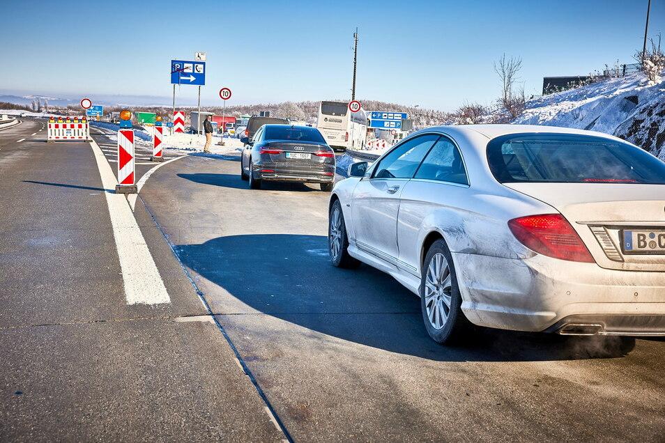 Stau in Fahrtrichtung Dresden: Wer von Tschechien nach Deutschland einreisen will, muss Geduld mitbringen - und einen negativen Test.