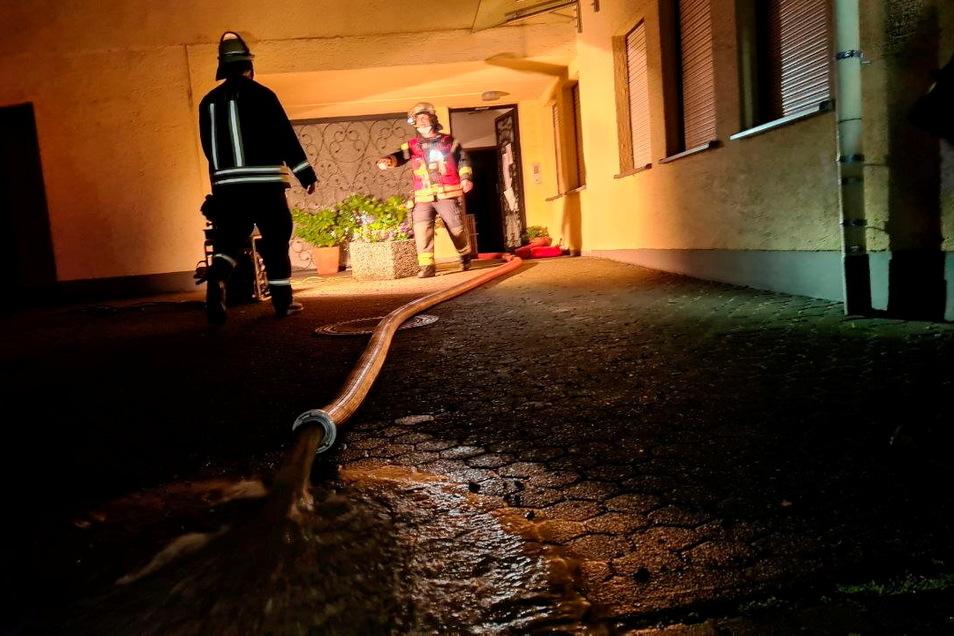 Einsatzkräfte pumpen Wasser aus einer Bahnhofsunterführung in Hennef ab.