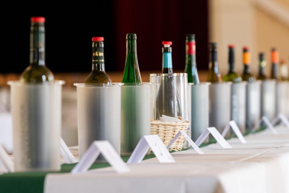 Weinflaschen stehen am 10. Mai 2019 in Coswig bei einer Jungweinprobe in der Börse Coswig auf einem Tisch (Symbolfoto)