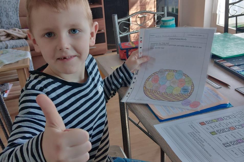 Der Erstklässler Nils: Daumen hoch. Wieder eine Aufgabe geschafft. Er lernt jetzt zu Hause mit seinen Eltern und drei älteren Geschwistern im Heimunterricht.