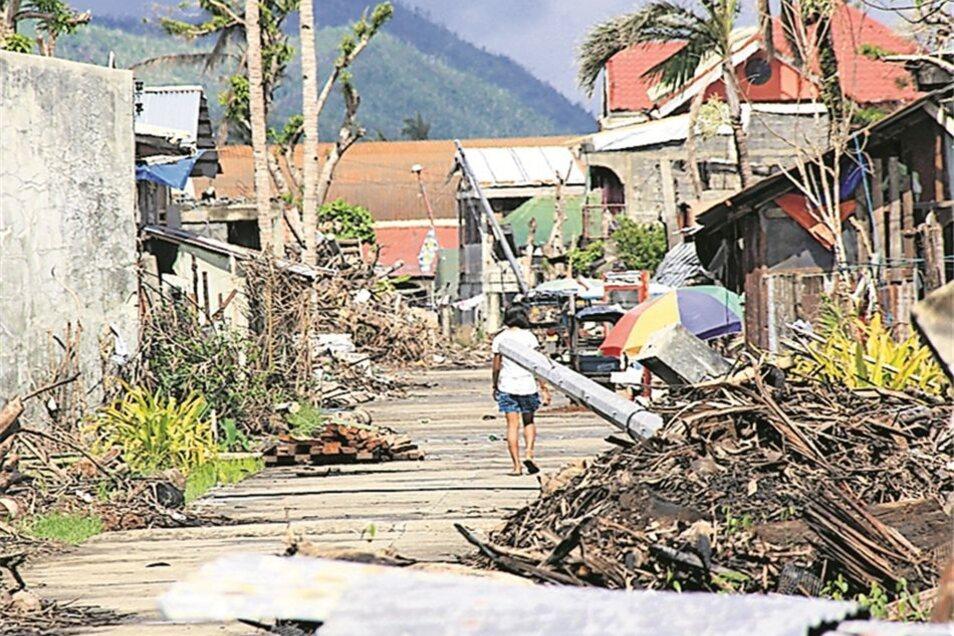 Im Dezember 2013 beherrschen noch Trümmer das Bild in der Stadt Palo.