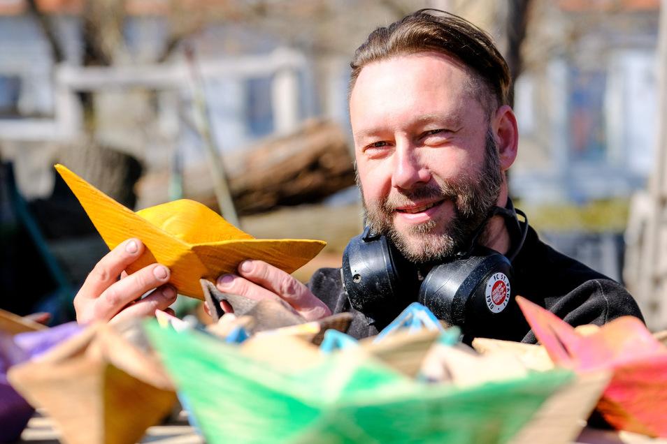 Der Reichenberger Jens Gebhardt sägt kleine Holzboote. Diese machen ihm und anderen Hoffnung. Die Resonanz ist groß.