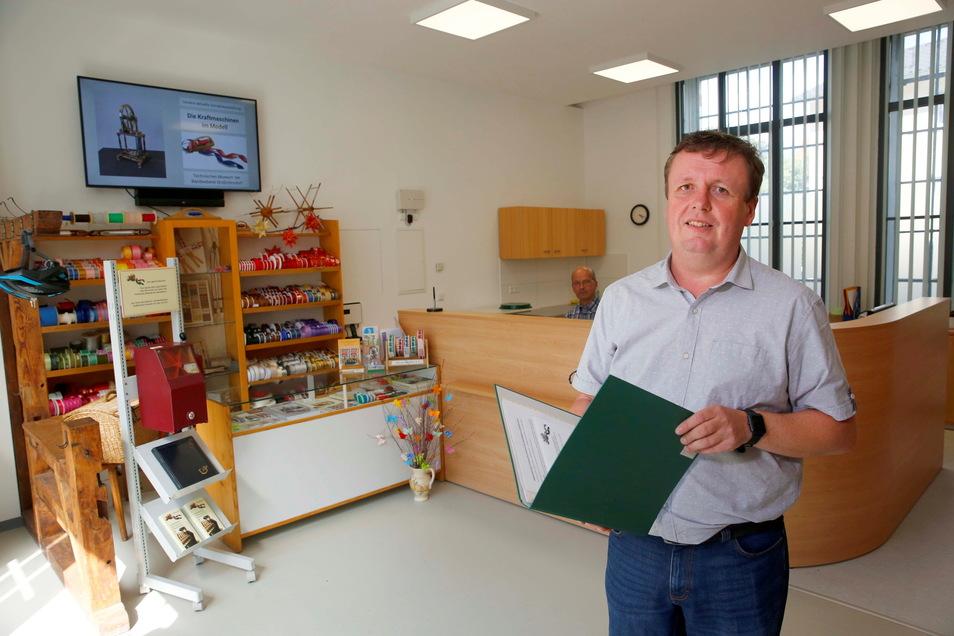 Patrick Zöllner vom Technischen Museum der Bandweberei in Großröhrsdorf freut sich über die jetzt besseren Arbeitsbedingungen. Das Foyer wurde umgestaltet.