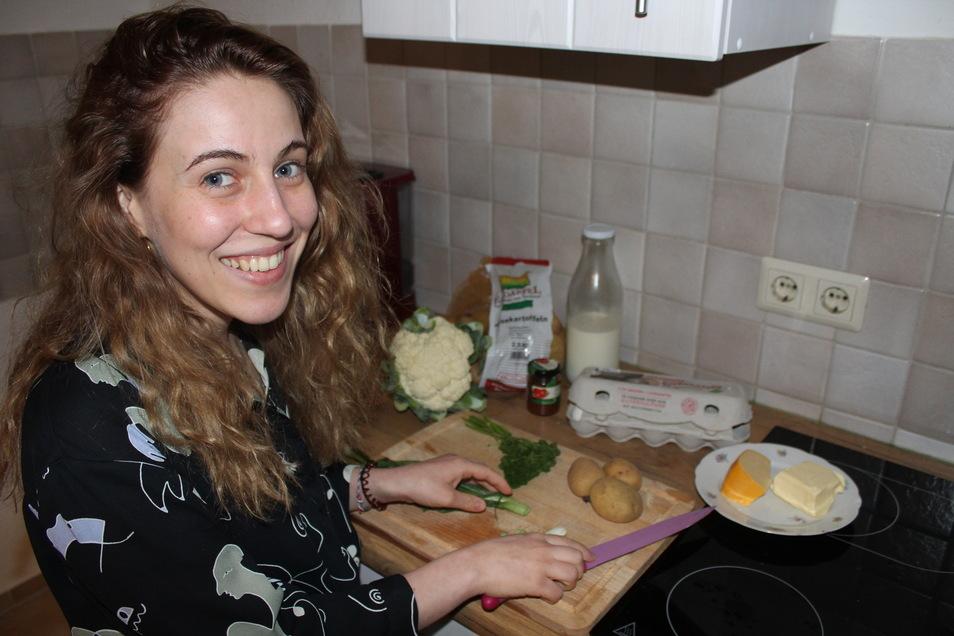 SZ-Volontärin Angelina Sortino beim Kochen. Es gibt Kartoffelauflauf.