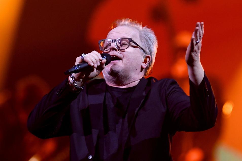 Der deutsche Sänger Herbert Grönemeyer steht bei einem Konzert 2019 auf der Bühne. Er will im kommenden Jahr wieder auf Tournee gehen. Vier Konzerttermine stehen schon fest.