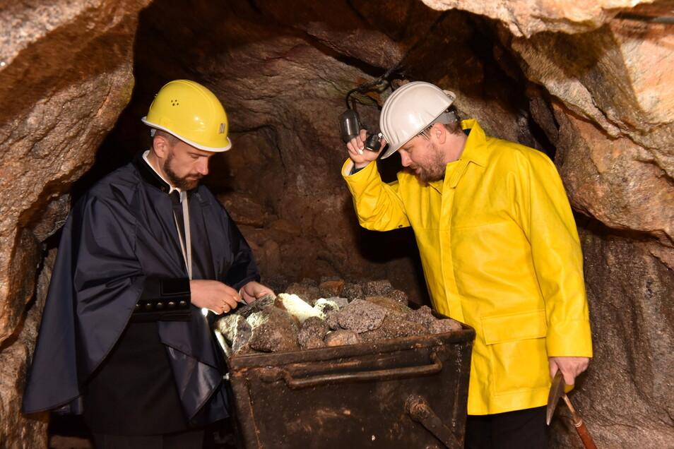 Thomas Dittrich erklärte Wirtschaftsminister Martin Dulig (l.) im Besucherbergwerk in Zinnwald, wo das Lithium zu finden ist.