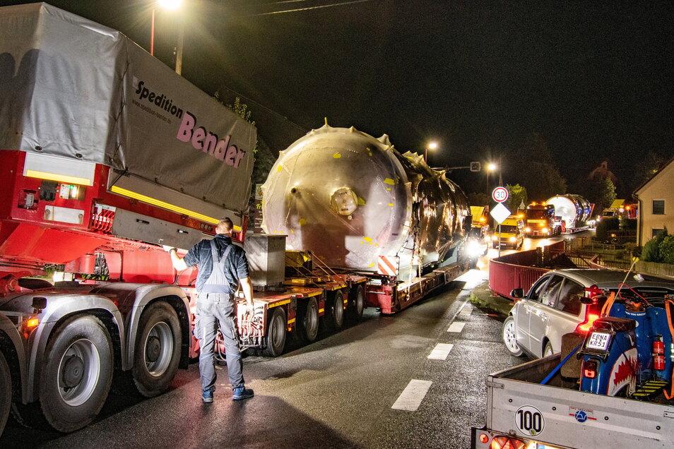 """Der angekündigte Schwerlasttransport von Chemnitz nach Döbeln passierte am Sonntagmorgen um 1 Uhr in Greifendorf ein Nadelöhr auf der B169. Der Fahrer musste auch hier an einer Steigung """"eingreifen"""", damit diese bewältigt werden konnte."""