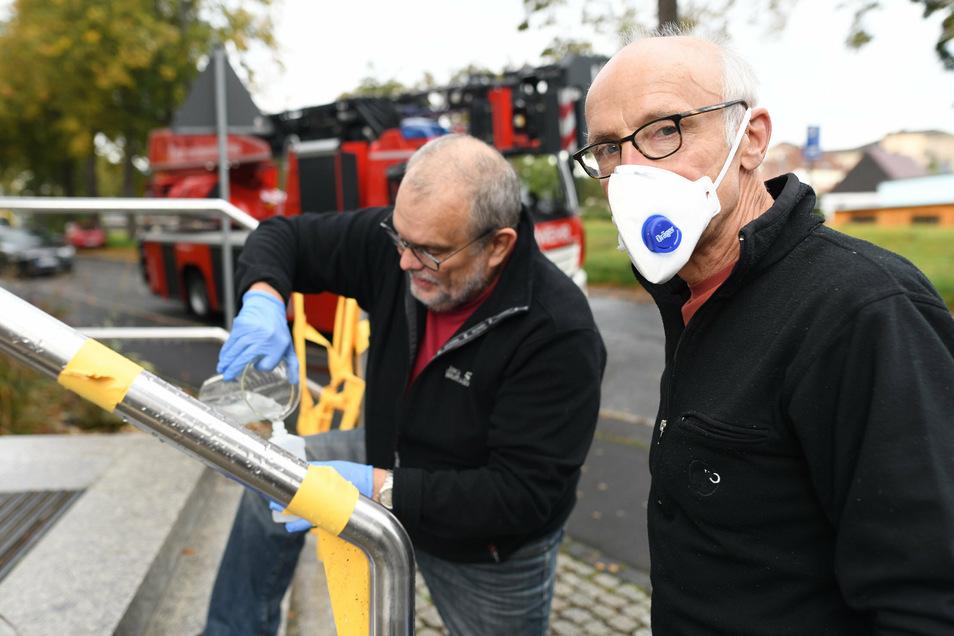 Dem Arzt Michael Nowotny wird nach seiner Beschwerde nun geholfen: Der Chemiker der Hochschule Dieter Greif besprühte am Sonnabend die konterminierten Flächen mit einer Flüssigkeit.