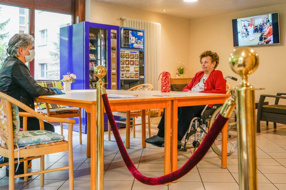 Breite Tische trennen Christa Neumann von ihrer Tochter Cornelia Nitsche.