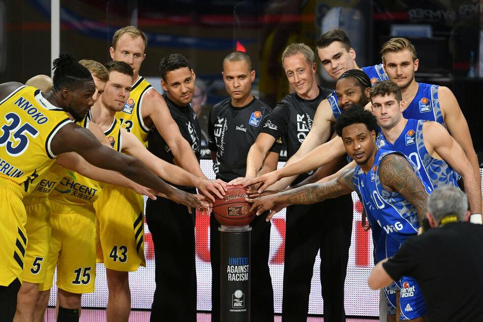Die Hände am Basketball: Steve Bittner (Fünfter von links) posiert am Anfang des Turniers mit Profis aus Berlin (links), Schiedsrichterkollegen und Profis aus Frankfurt am Main.
