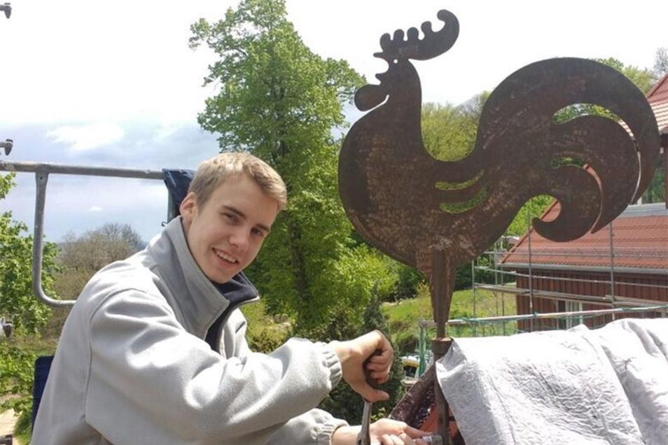 Hannes Kliemann hat den Wetterhahn vom Alteigentümer Christian Barnewitz montiert.