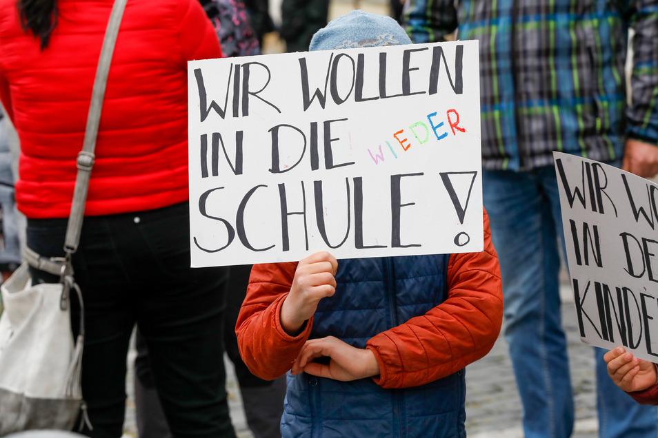 Auch Kinder hielte kleine Plakate in der Hand.