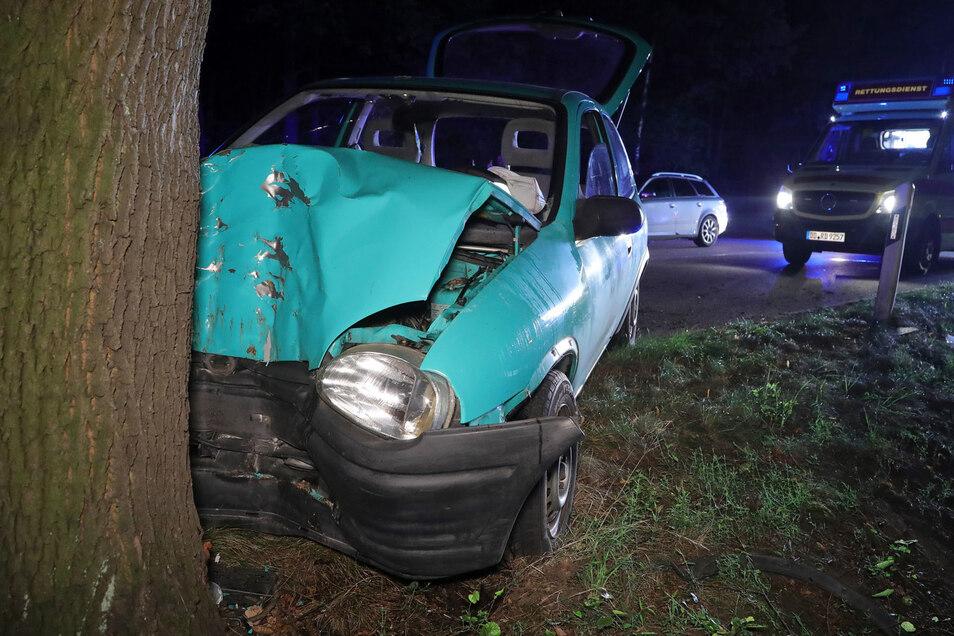 Die Opelfahrerin und ihr Beifahrer wurden bei dem Unfall schwer verletzt und in ein Krankenhaus eingeliefert.
