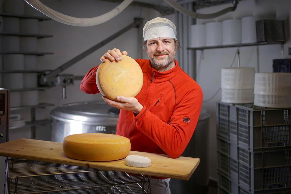 Norman Oehmichen hat vor fünf Jahren die Hofkäserei in Schönborn am Rande Dresdens gegründet. Drei Jahre arbeitete er auf diesen Schritt hin.