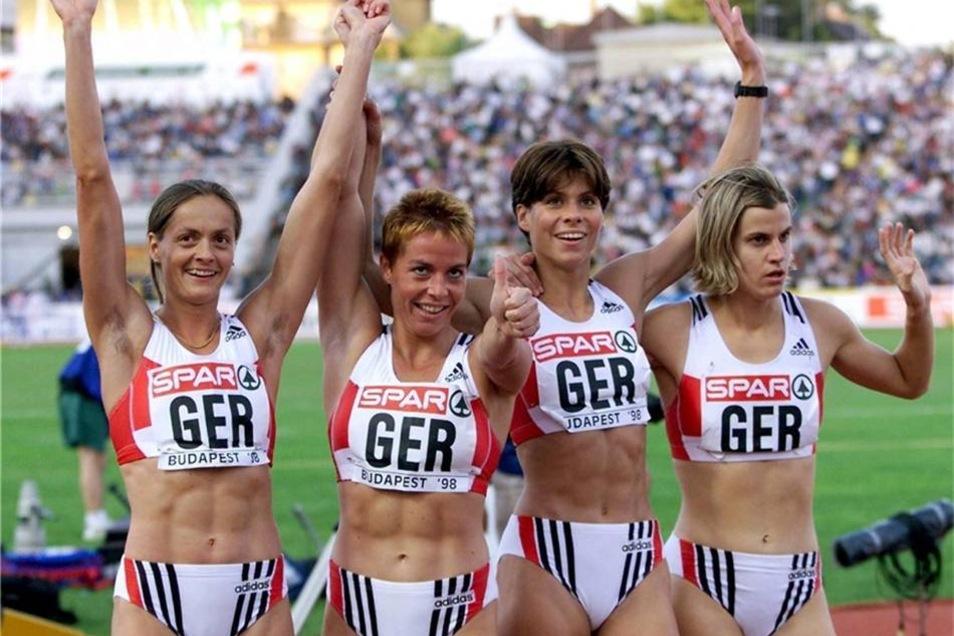 Die deutsche 4x400 Meter-Staffel mit Anke Feller, Grit Breuer, Ute Rohländer und Silvia Rieger nach dem Sieg bei der Leichtathletik-Europameisterschaft in Budapest im August 1998.