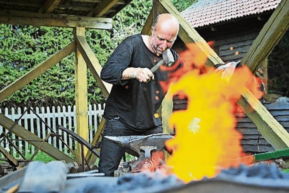 Martin Becher aus Ostrau zeigte sein Können beim Kunstschmieden.