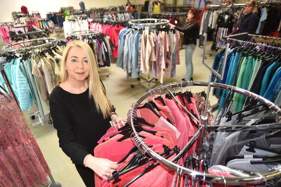 Bianca Engesser im neuen Vintage Geschäft in Löbau. Rund 4.000 Bekleidungsstücke hat sie im Angebot.