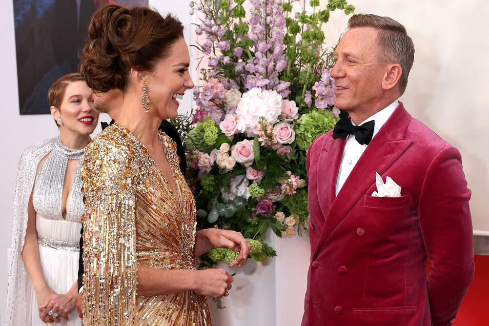 Kate (l), Herzogin von Cambridge, spricht mit Daniel Craig