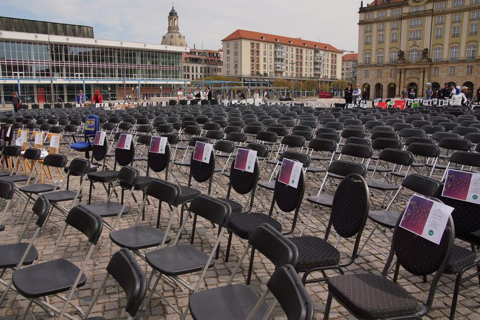 """Die Initiative """"Leere Stühle"""" ist in Dresden gestartet und hat allein in Sachsen mehr als 550 beteiligte Gastro- und Hotelbetriebe. Am Freitag startete die Aktion in ganz Deutschland. Am 1. Mai sollen wieder in vielen deutschen Städten Tausende leere Stüh"""