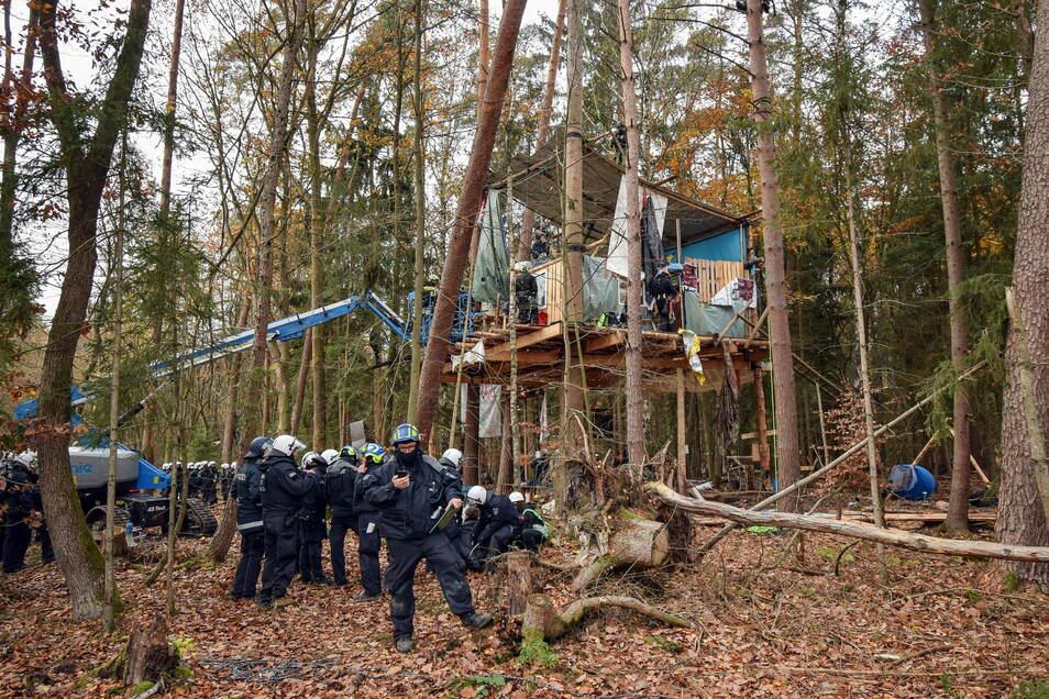 Polizisten räumen ein Baumhaus im Dannenröder Forst. Aktivisten demonstrieren gegen den geplanten Ausbau der A49 und für den Erhalt des Waldstücks, das dem geplanten Ausbau zum Opfer fallen würde.