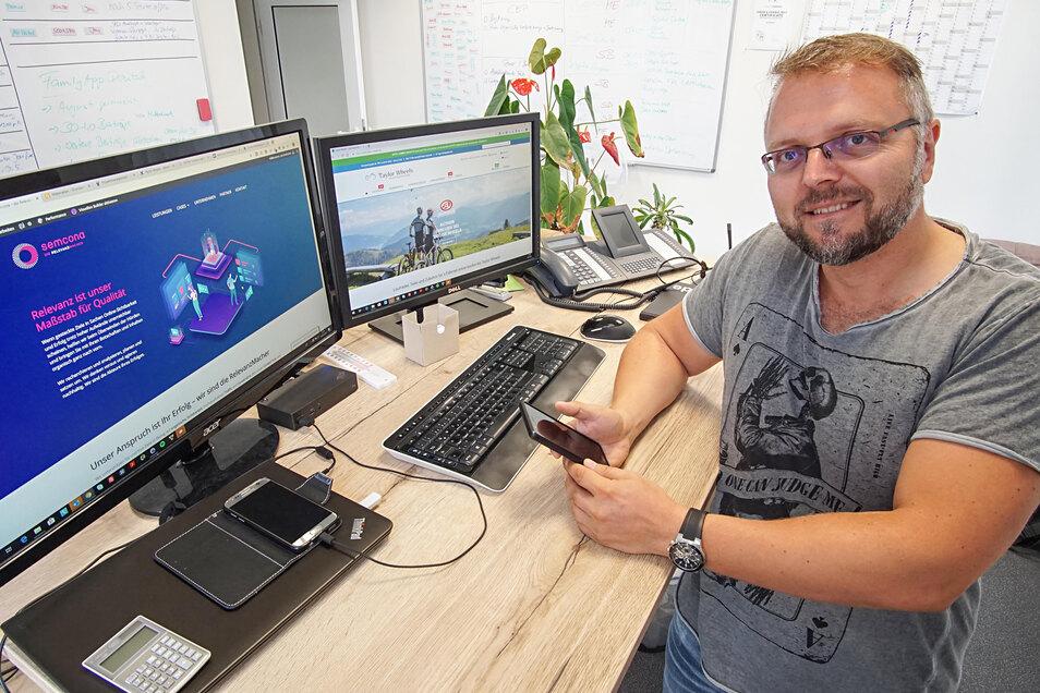 Jan Pötzscher an seinem Arbeitsplatz in der Firma Semcona in Bautzen. Das Unternehmen unterstützt Kunden beim Online-Marketing.
