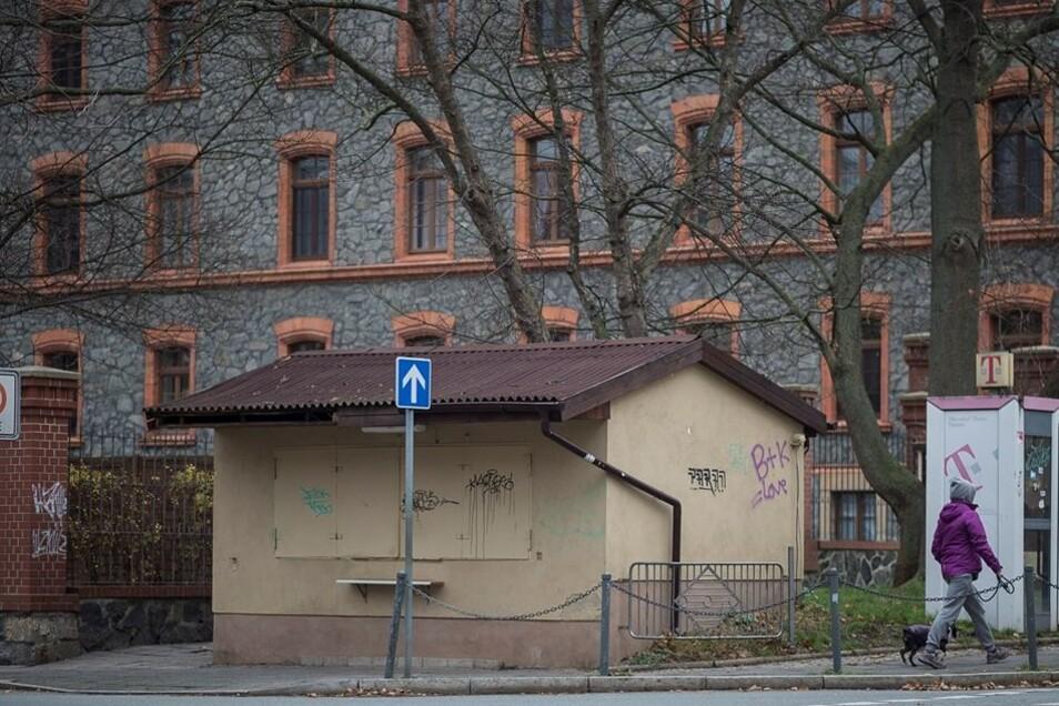 Der Kiosk an der Lutherstraße ist seit einigen Monaten geschlossen. Was aus dem Häuschen wird, ist nicht klar. Der bisherige Betreiber hat sich einen neuen Kiosk gesucht, am Demianiplatz. Einige bisherige Lutherplatz-Kunden sind ihm dorthin gefolgt.