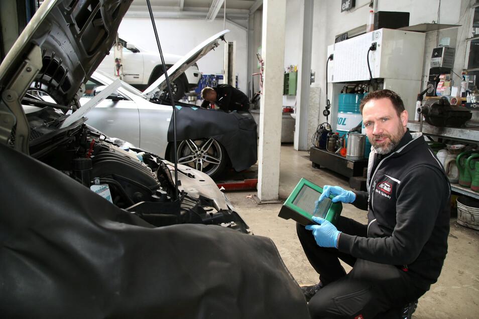 Daniel Kuniß in der Werkstatt des Autocenter Kuniß in Niesky. In der Werkstatt mangelt es nicht an Arbeit, sagt der Geschäftsführer. Dafür ruht der Autoverkauf auch bei Kuniß.