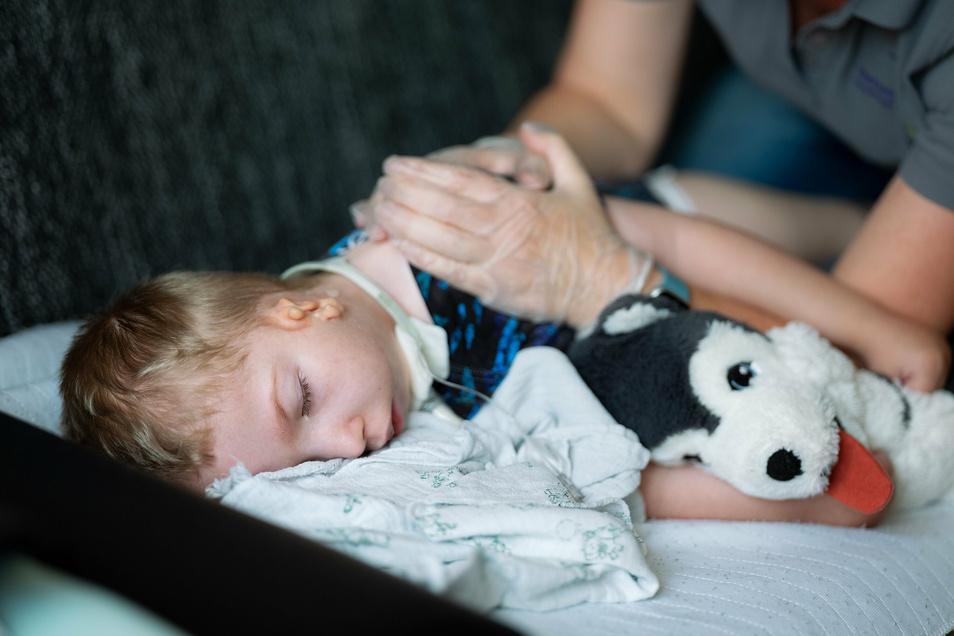 Physiotherapie bedeutet für Leon seltene Momente der Entspannung.