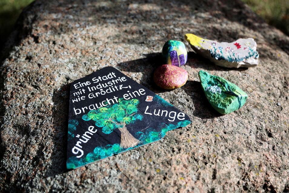 Bemalte Steine und Schiefertafeln sollen die Gröditzer zum Nachdenken bringen.