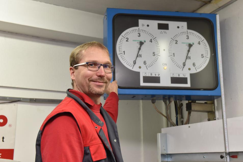 Karsten Noack steht hier am Bremsenprüfstand in seiner Kfz-Werkstadt im Dippser Ortsteil Reinberg. Den will er erneuern und dafür seine Werkstatt erweitern.