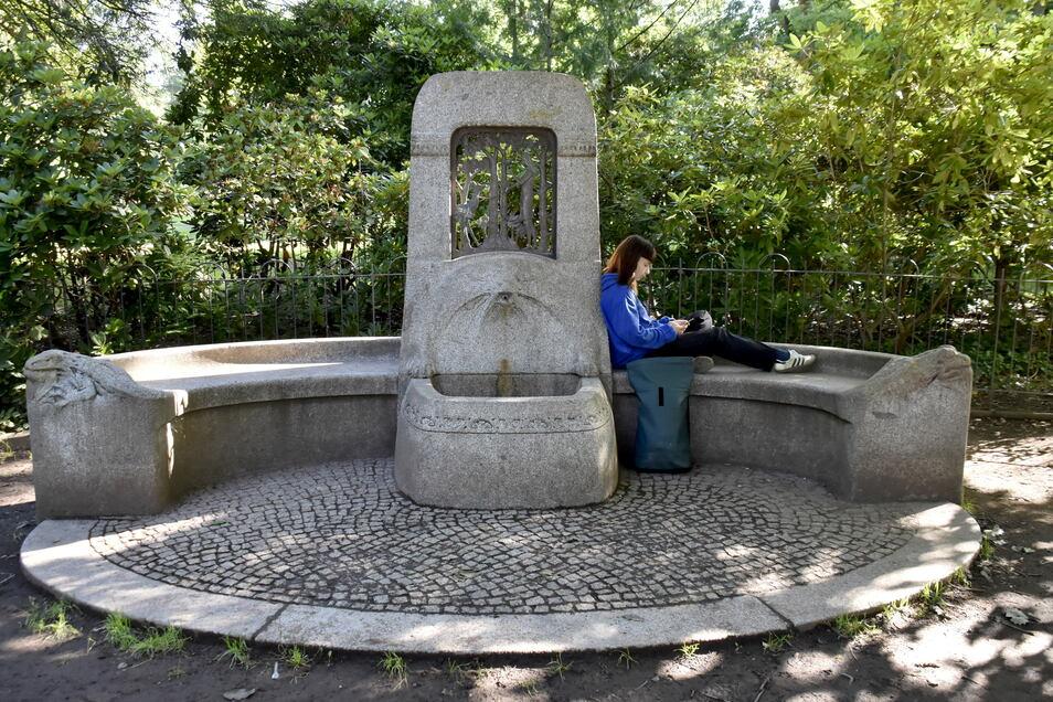 Am historischen Märchenbrunnen soll eine Trinkwasserquelle aufgestellt werden. Der schattige Platz ist auch bei den Schülern des Kreuzgymnasiums sehr beliebt.