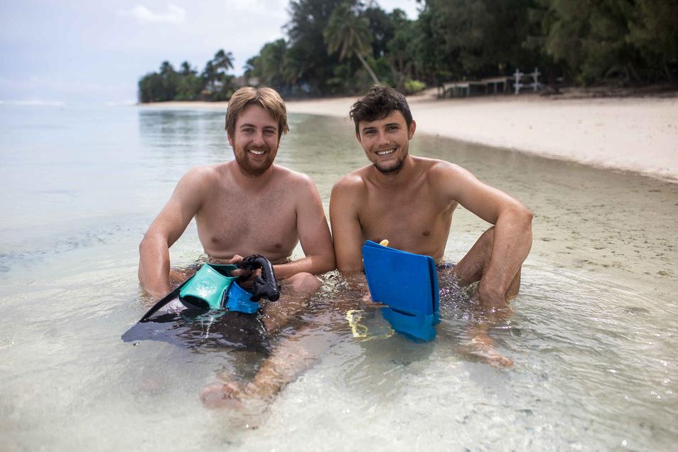 Jonathan Holfert aus Görlitz (links) und sein Mitstudent Alexander Marquardt aus Mannheim haben Ostern am menschenleeren Strand auf Rarotonga verbracht. Das ist die größte der 15 Cookinseln im Südpazifik.
