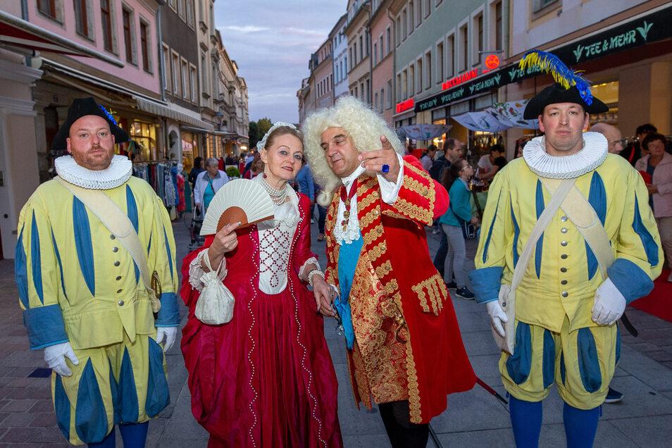 Uwe Müller alias August der Starke (2.v.r.) und Kornelia Simon als Madame Dieskau animierten die zahlreichen Besucher, in die Geschäfte zu gehen.