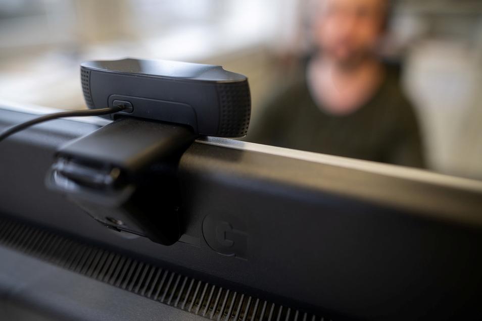 Auch über die Kamera am Computer können Examen schreibende Studenten teils massiv überwacht werden.