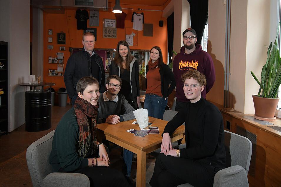 Mitglieder des Teams und des Vorstands des Vereins Treibhaus im Café Courage vor ihrer Abfahrt nach Marienberg, wo am Mittwoch der Kulturkonvent über die Förderung des Vereins entschieden hat.