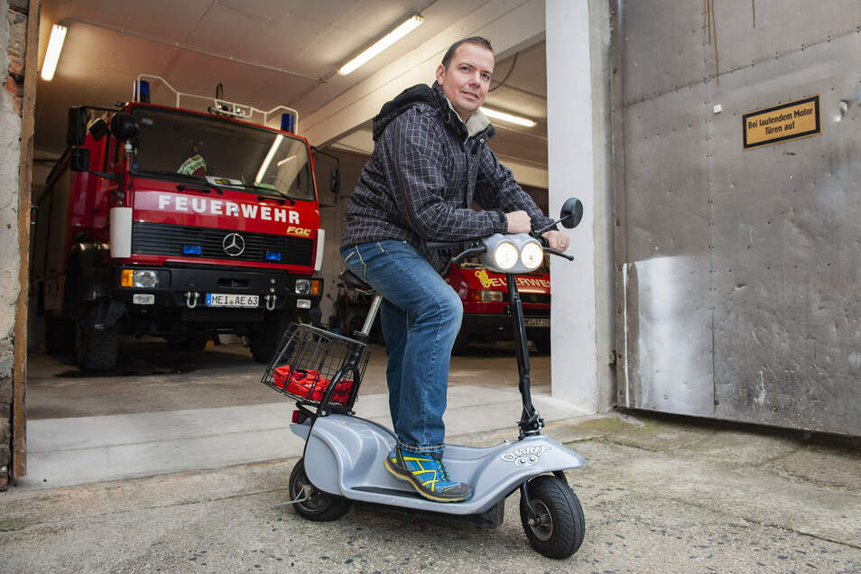 Sven Menzel mit seinem Charly-Elektroroller vorm Dobraer Feuerwehrgerätehaus.