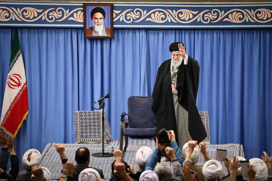 """Irans Revolutionsführer Ajatollah Ali Chamenei – hier bei einem Treffen zum 42. Jahrestag des Aufstandes von Ghom – hat den Angriff gegen US-Militärstützpunkte im Irak als """"Ohrfeige gegen die Amerikaner"""" bezeichnet."""