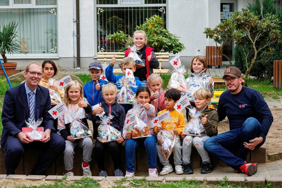 Kinder haben die Zeichnungen für die Kurzgeschichten beigetragen - zur Freude von Heimleiter Enrico Raupach (rechts). Thomas Rublack, (links) ist Dezernent beim Kreis, der das Projekt finanziell unterstützt hat.