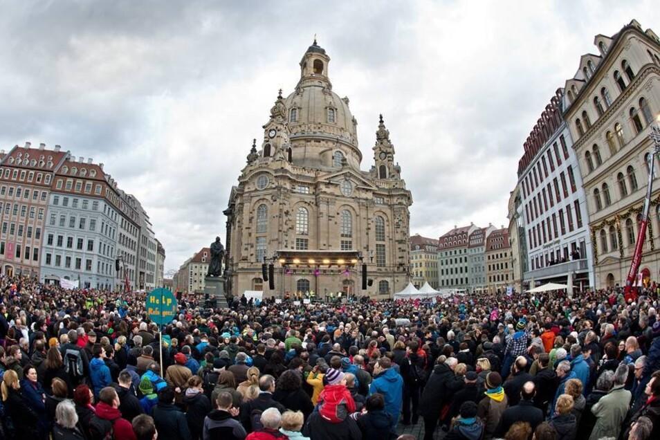 Etwa 35.000 Menschen haben sich am Sonnabend auf dem Dresdner Neumarkt versammelt.