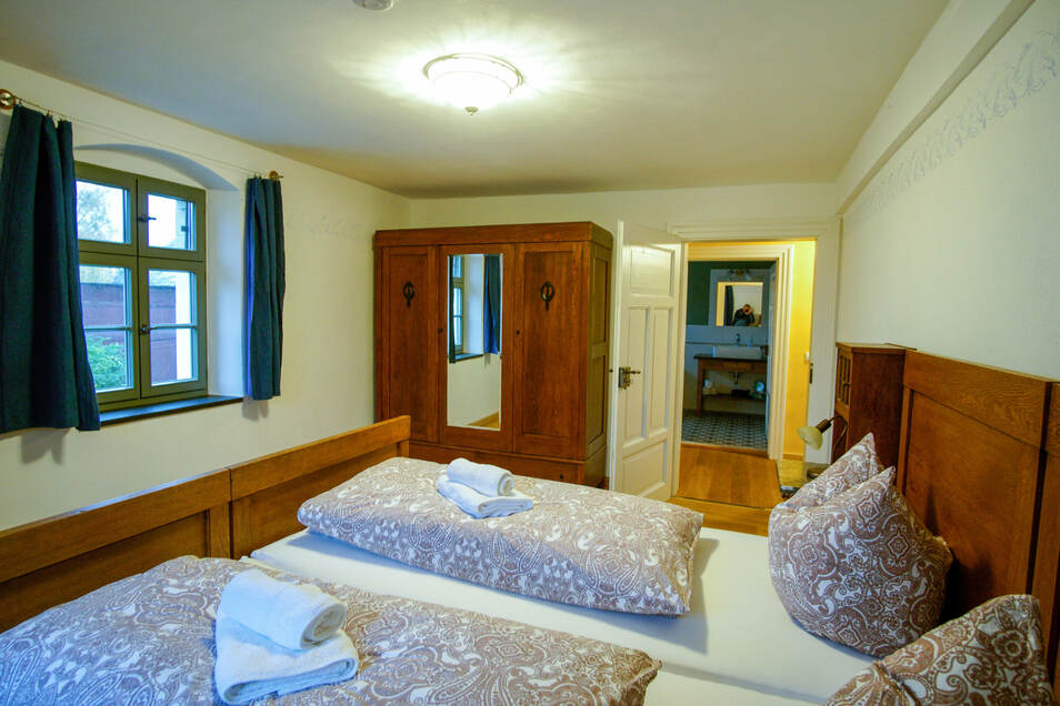Das alte Ehebett der Urgroßeltern wurde verlängert und hat seinen neuen Platz in der Gutsherrenwohnung gefunden. Auch der Bauernschrank durfte bleiben.