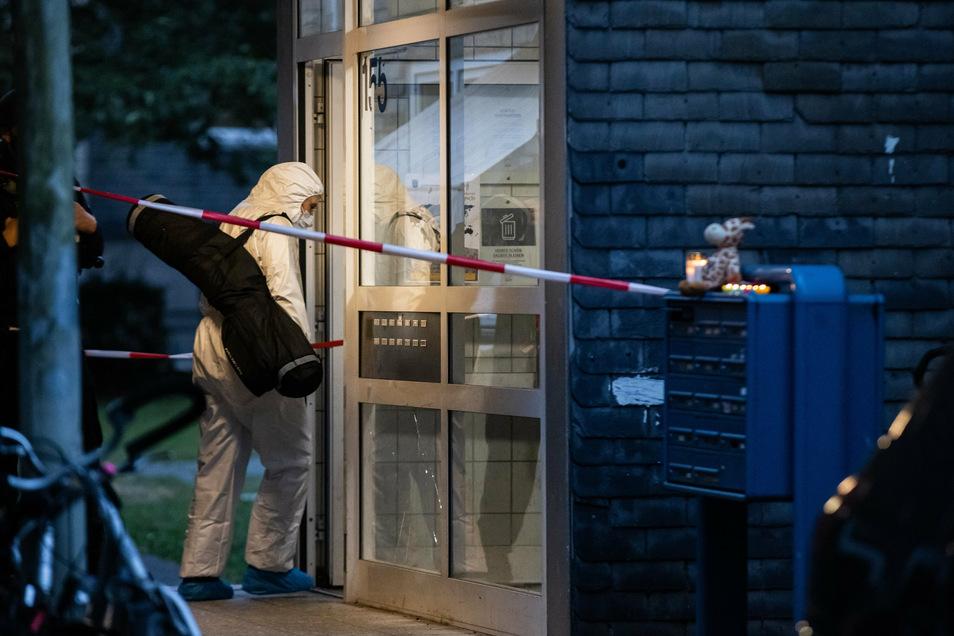 Eine Beamtin der Spurensicherung betritt das Wohnhaus, in dem die Kinder mit ihrer Mutter lebten.