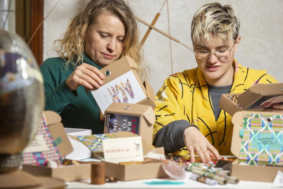 Beim Packen der Überraschungspakete aus dem Lügenmuseum Radebeul: Dorota Zabka (links) und Theresa Dietrich.