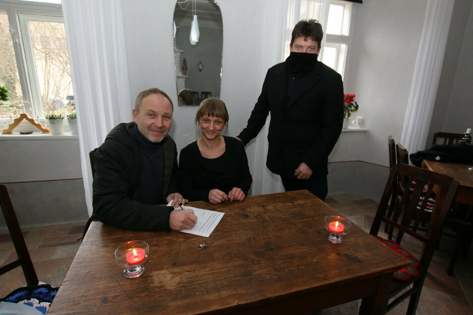 """Im Gästehaus """"Zum Pfarrlehen"""" in Wendishain kann zukünftig geheiratet werden. Thomas Schmidt und Diana Berger-Schmidt sowie Bürgermeister Ronald Kunze haben den Vertrag unterzeichnet."""