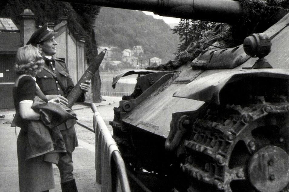 Ein tschechoslowakischer Offizier posiert im Mai 1945 mit seiner Freundin in Decin (Tetschen) vor einem Jagdpanzer der Wehrmacht.
