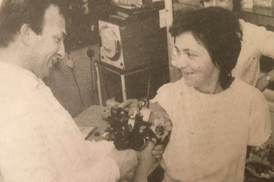 1983 entstand dieses Zeitungsfoto mit Dr. Eckehart Horn, das bei der Grippeschutzimpfung mit Impfpistole aufgenommen wurde. Geimpft wird eine Mitarbeiterin der Elmo.