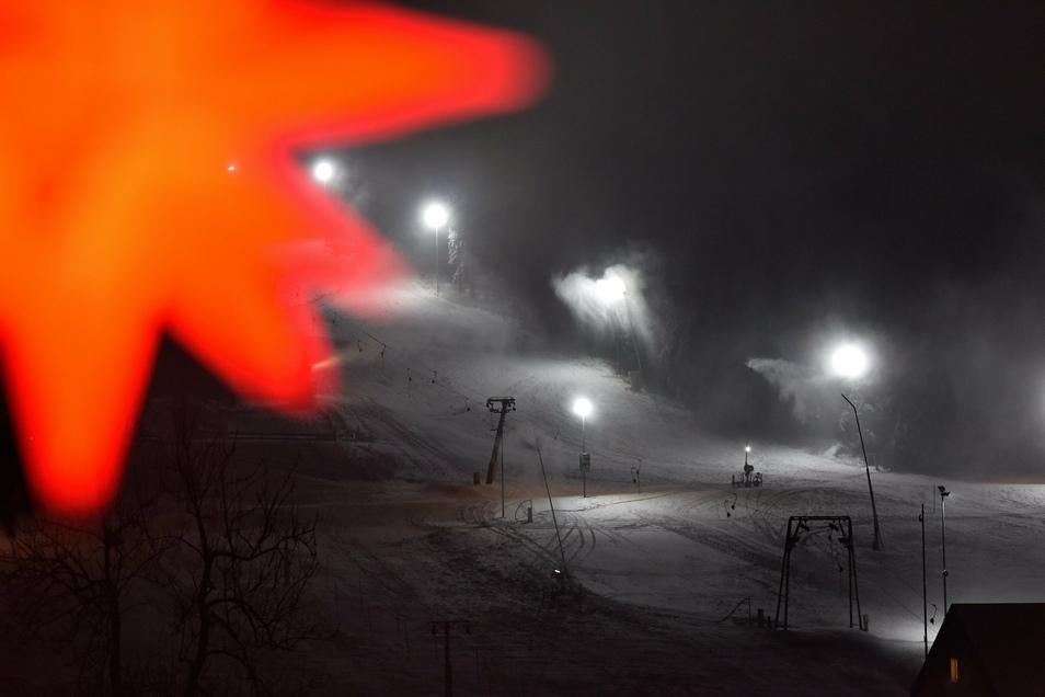 Drei Nächte lang waren die Schneekanonen auf dem Altenberger Skihang in Betrieb.