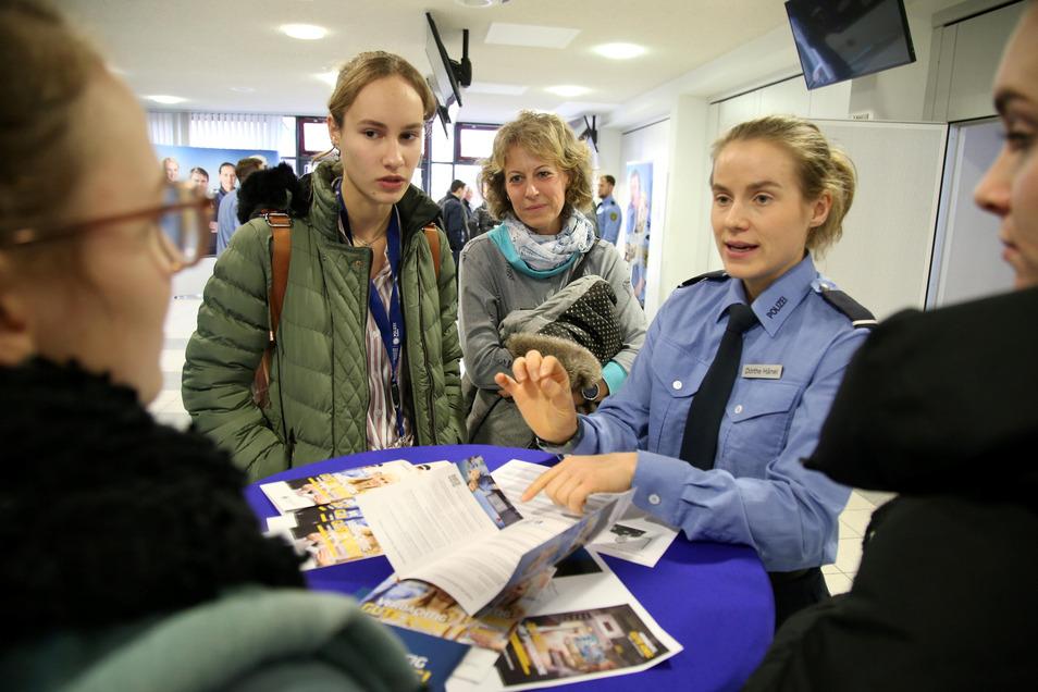 Dörthe Hänel, die momentan selbst an der Polizeihochschule studiert, erklärt Lilien Glätzner und ihrer Mutter Nora Friedrich, was es mit der Ausbildung in Rothenburg auf sich hat.