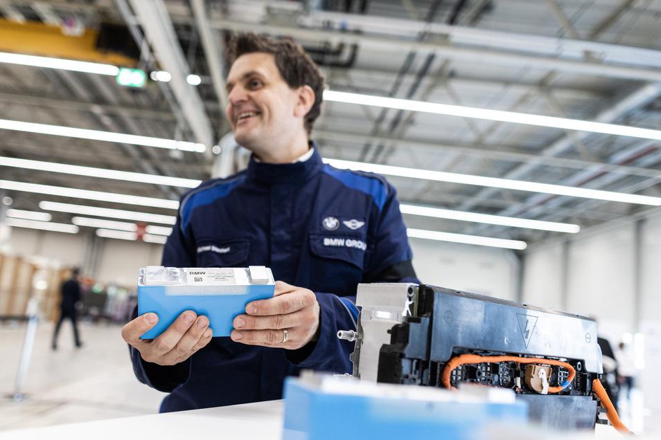 """Batteriemodule """"made in Leipzig"""". Am Montag startet BMW im Leipziger Werk die erste Fertigungslinie."""