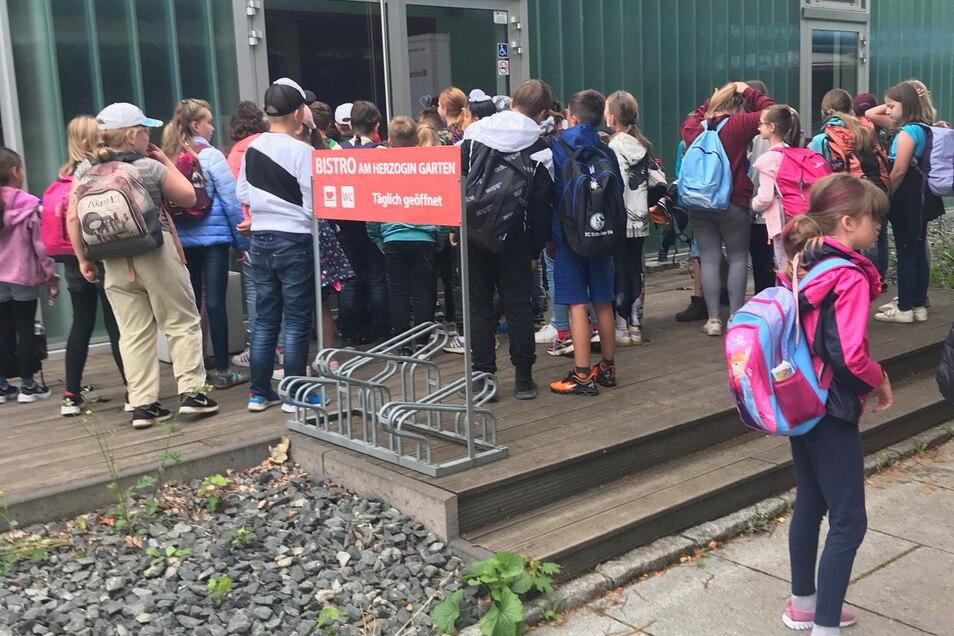 Böse Überraschung für die 80-köpfige Kindergruppe: Nach zwei Stunden Busfahrt standen sie am Glaspavillon neben dem Zwingerteich vor verschlossenen Türen - das WC ist geschlossen.
