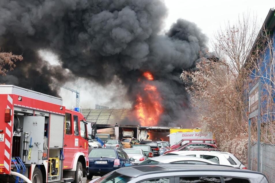Lichterloh brannte am Donnerstag die Halle eines Autohandels in Heidenau.